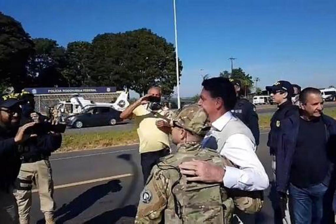Bolsonaro ignora proteção contra covid em visita à cidade no interior de Goiás