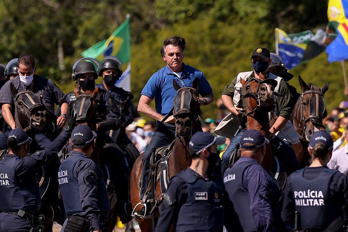 """Financial Times fala em """"risco real"""" de uma virada autoritária de Bolsonaro"""
