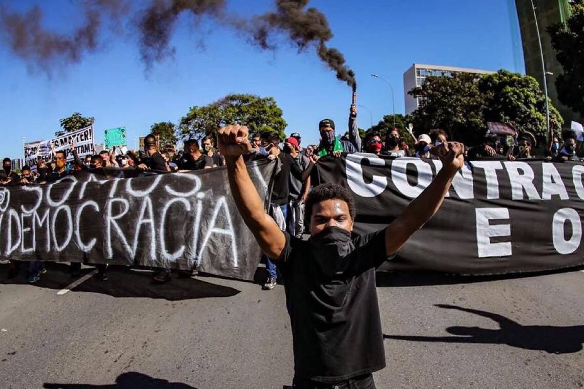 """Recua fascista, recua, é o poder popular que está na rua"