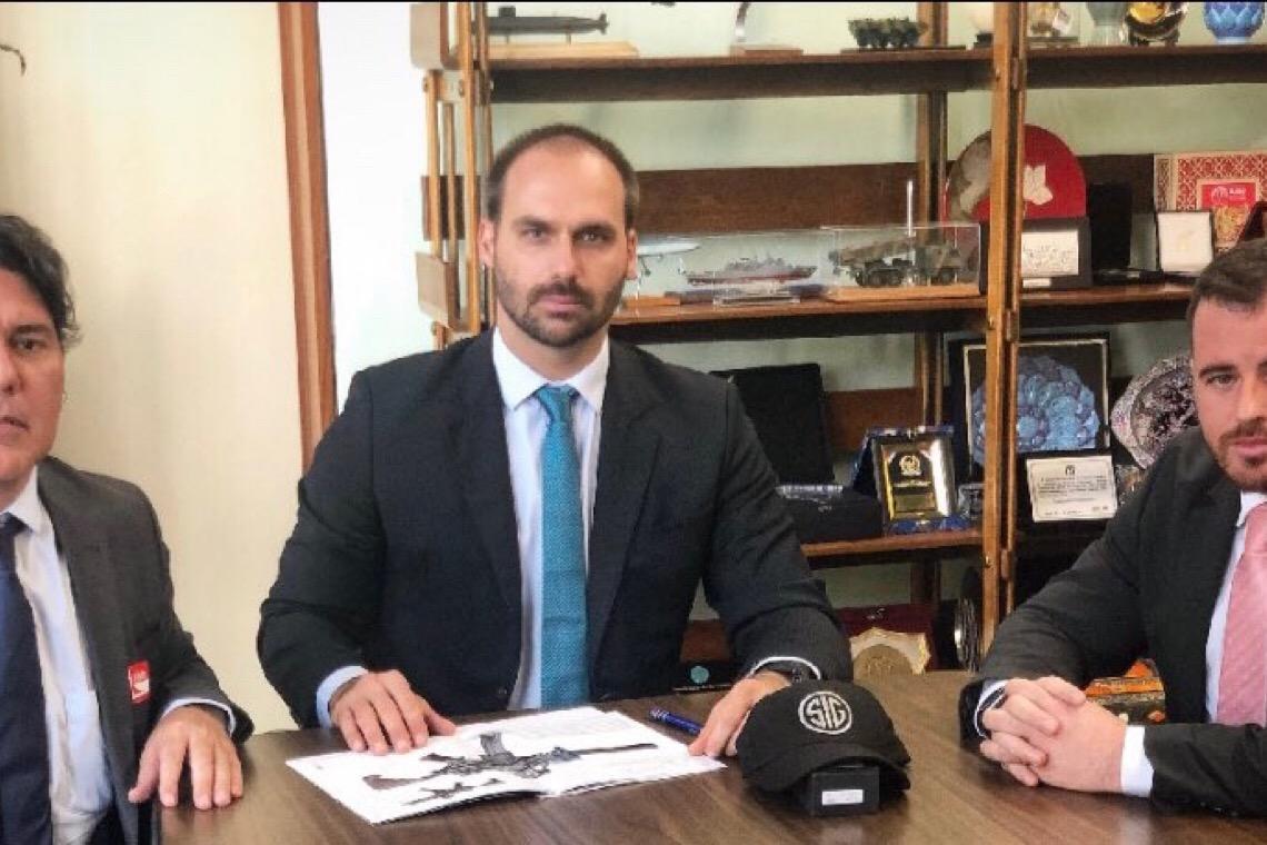 Exército negocia parceria com empresa de armas apoiada por Eduardo Bolsonaro