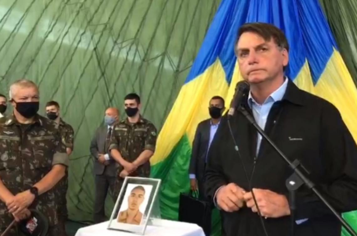 Em velório, Bolsonaro diz que missão das Forças Armadas é defender a democracia