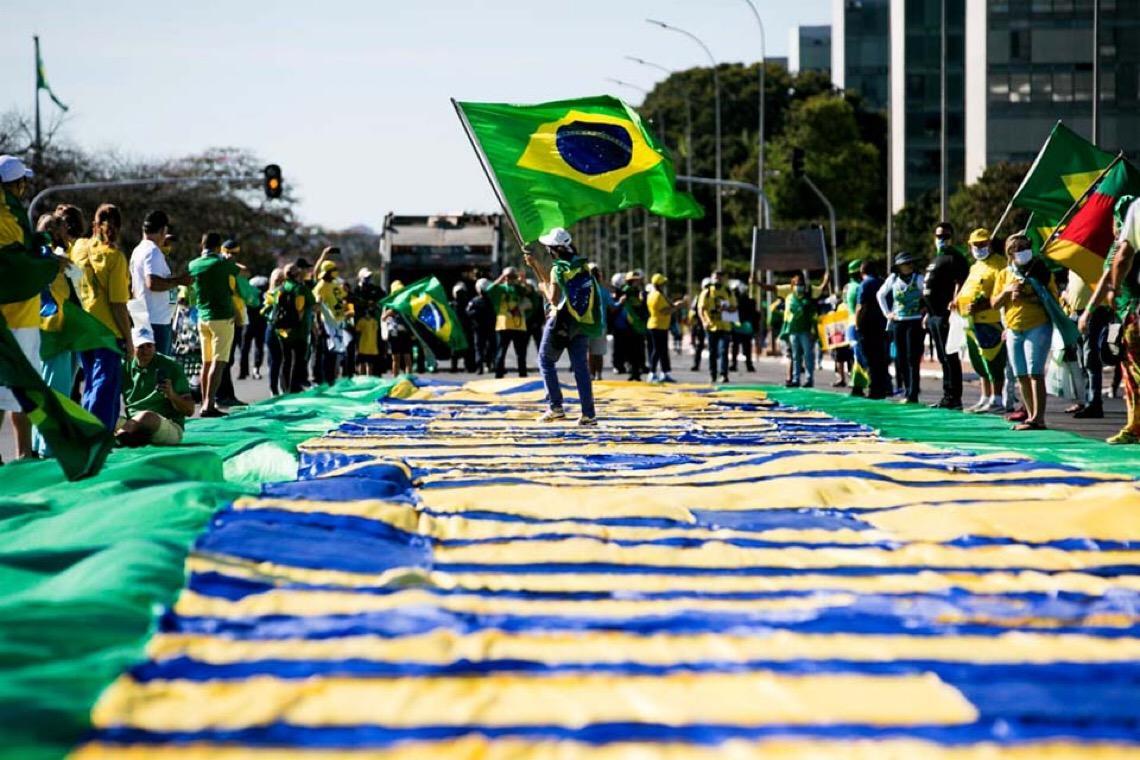 Incluindo manuseio de armas, extremistas treinam em campo de futebol no centro de Brasília