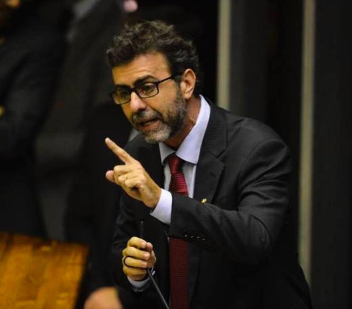 """""""Relação de Bolsonaro com milícias se dava por meio de Queiroz"""", diz Freixo"""