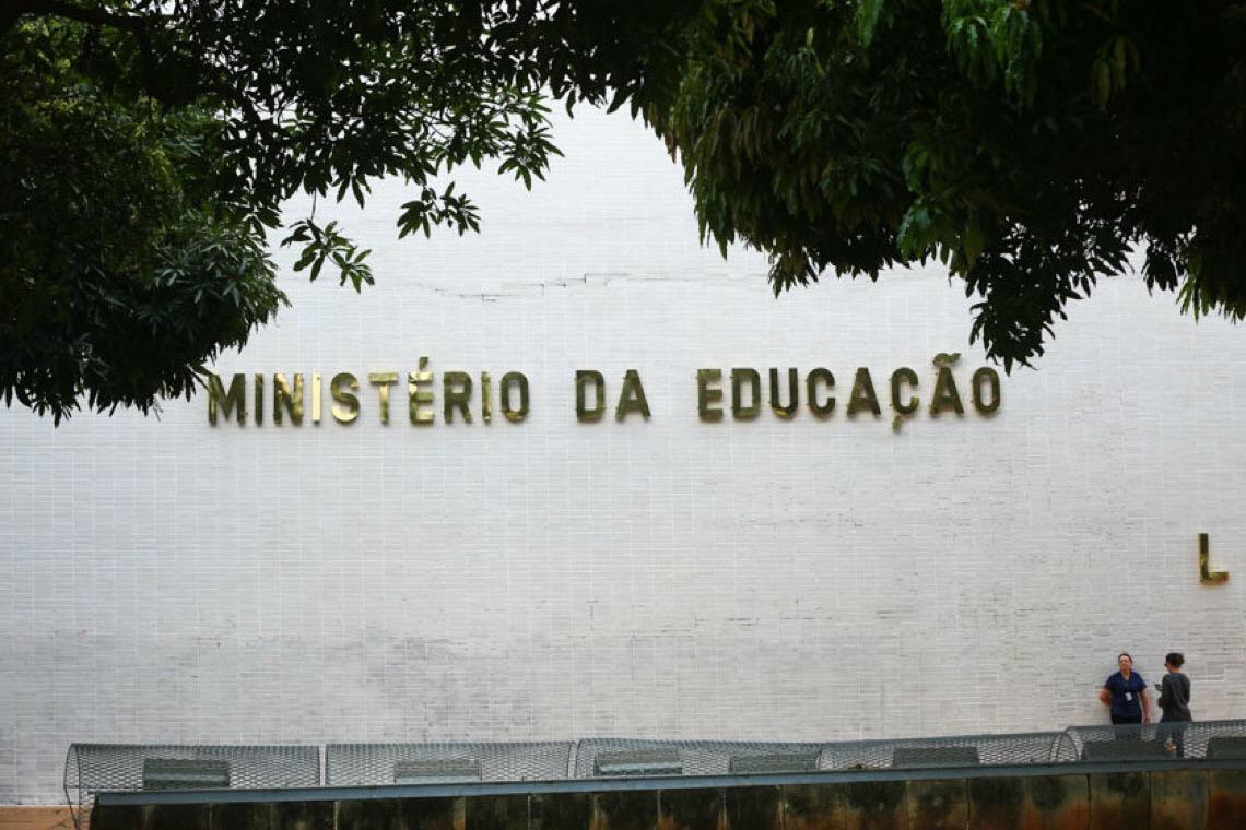 Tirar criança da escola é crime, mas pandemia justifica, dizem juristas consultados