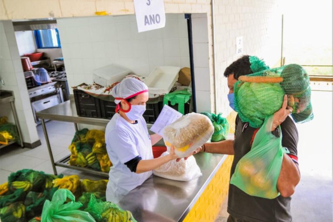 Escolas públicas do Distrito Federal entregam cesta verde e pais recebem ajuda em segurança