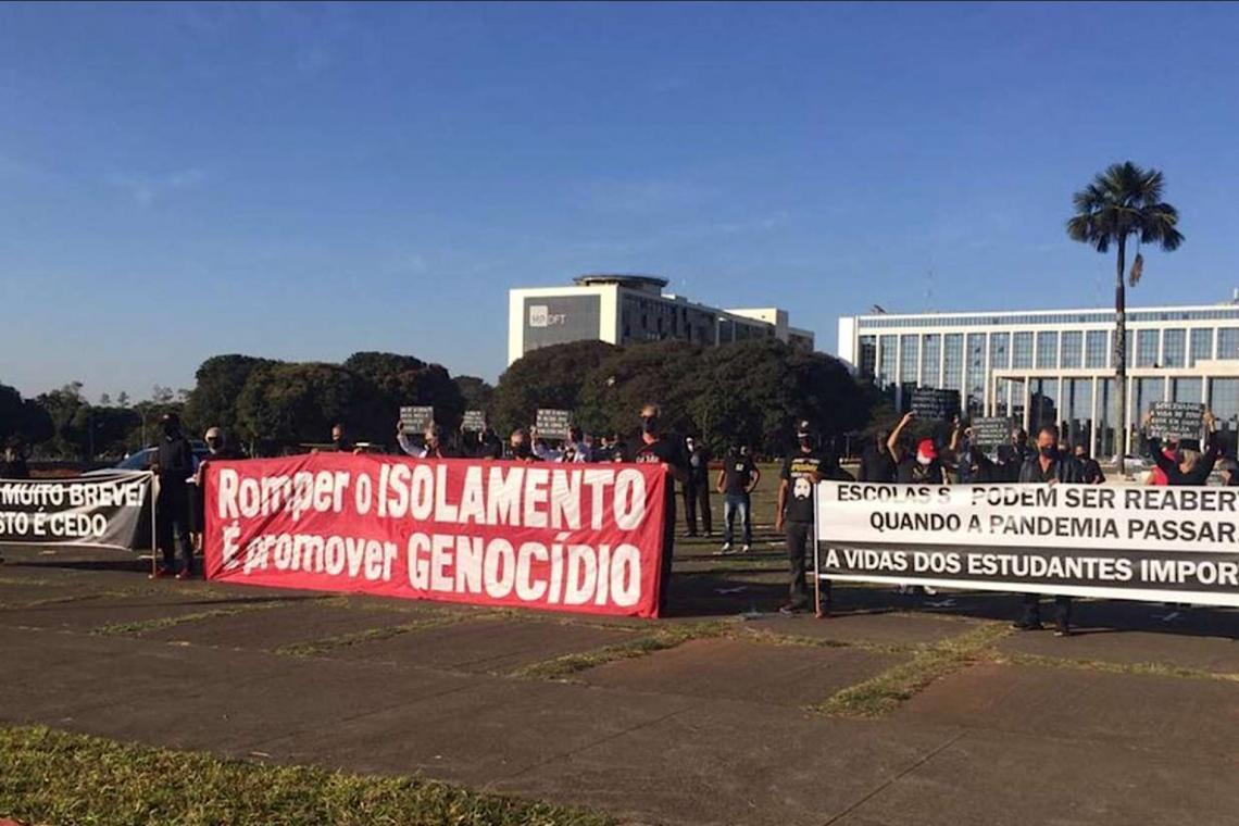 Manifestantes fazem protesto contra reabertura de comércios e escolas no Distrito Federal