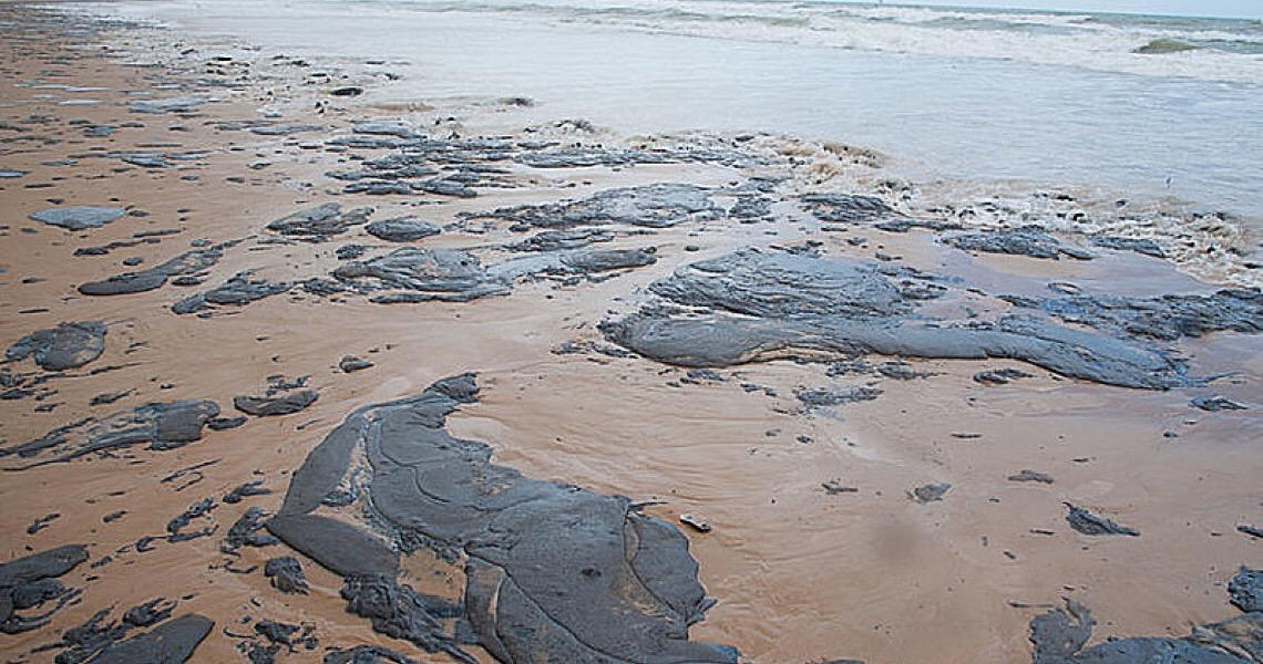 Após dez meses, investigações ainda não apontaram responsável por vazamento de óleo