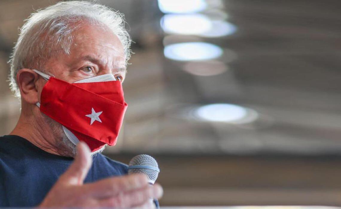 Bolsonaro dá voltinha de moto, mas não tem coragem de visitar um hospital, diz Lula
