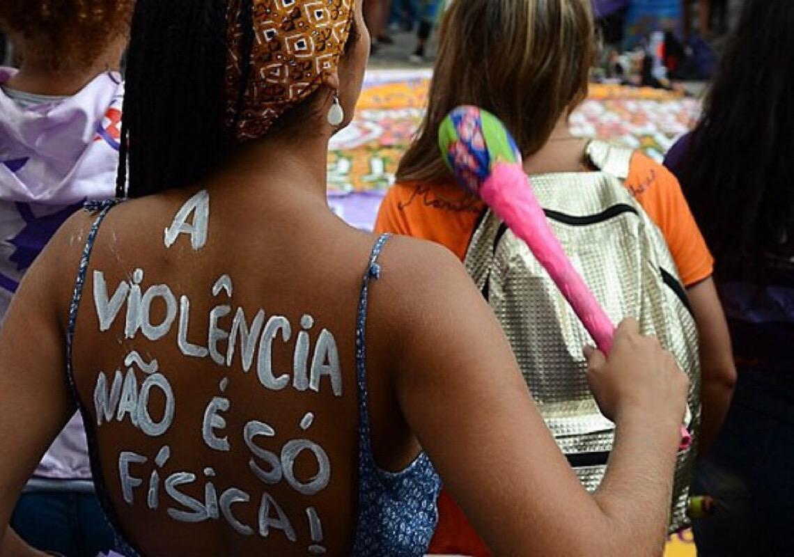 Lei obriga síndico a denunciar violência doméstica; prédio usa botão de socorro