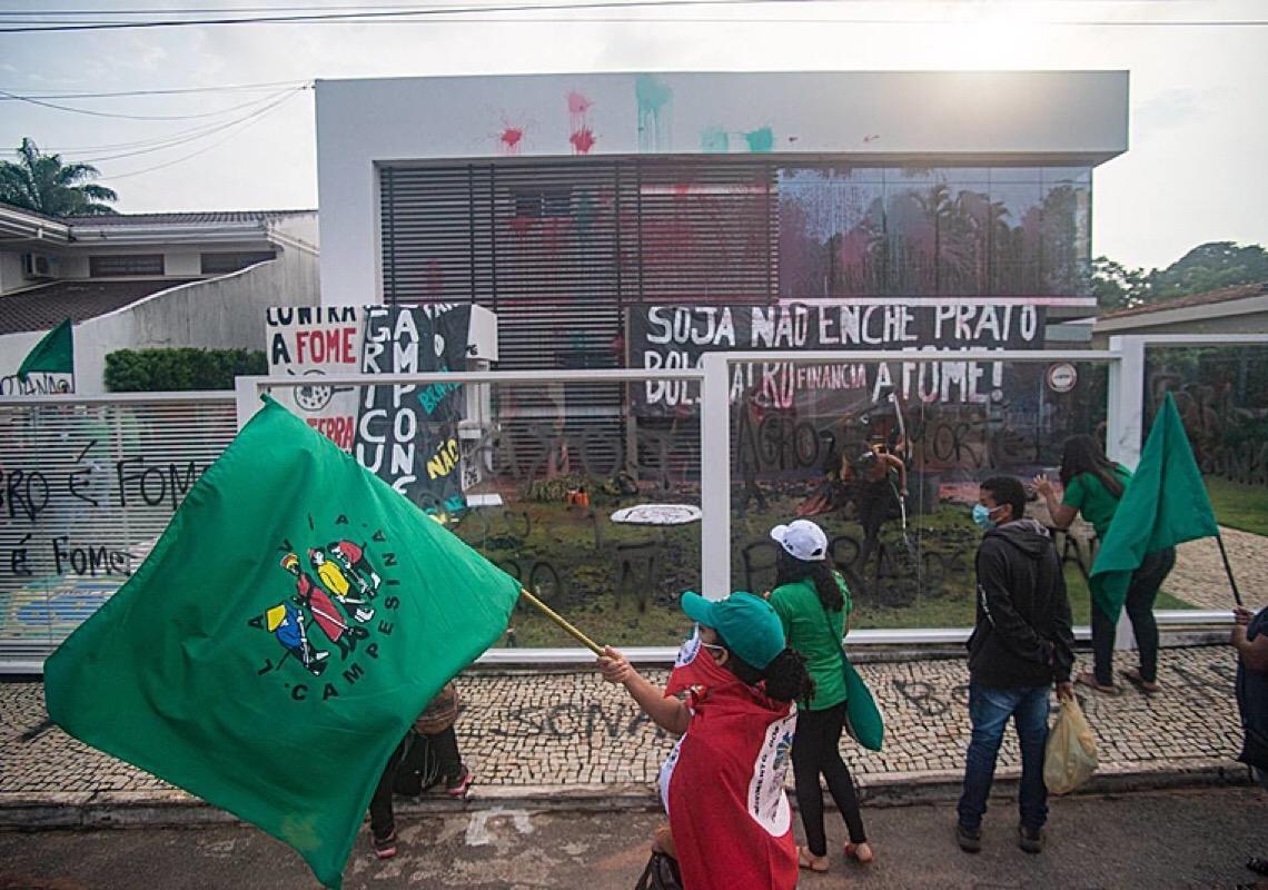 Via Campesina ocupa Aprosoja para denunciar a fome no Brasil